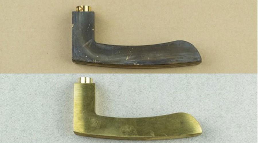 Fasi di lavorazione di una maniglia Colombo Design: grezzo – smerigliatura – pulimentatura – galvanica/ramatura – cromo e trattamento PVD